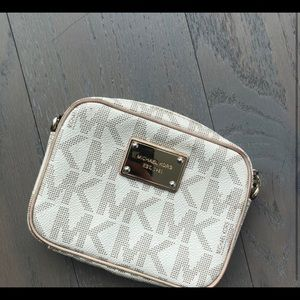 Michael Kors crossbody handbag. Condition: 8/10